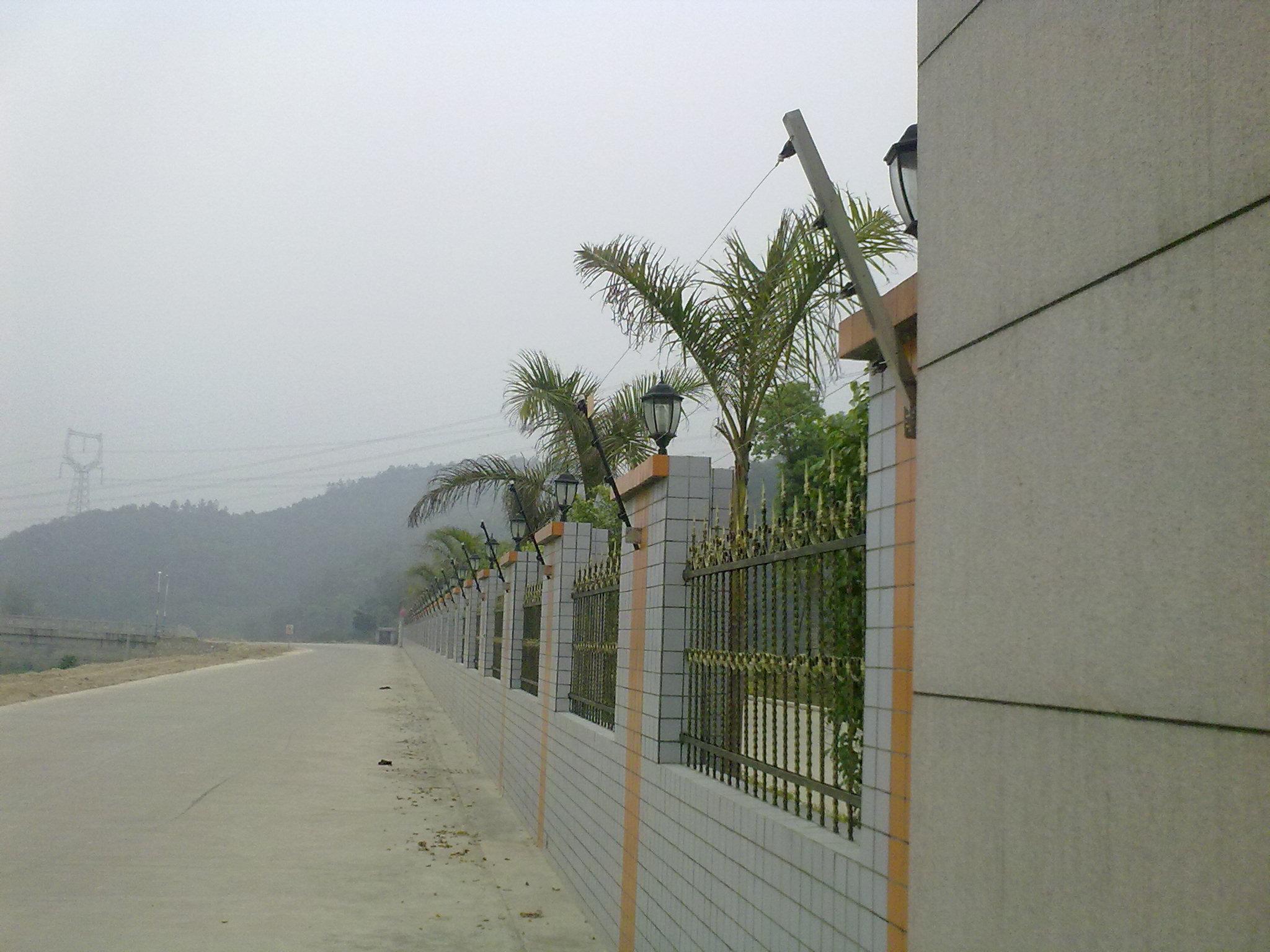 1.1产品设计依据 GB/T7946-2008《脉冲电子围栏及其安装和安全运行》 JB/T5163-2007《中华人民共和国机械行业标准》 1.2产品特性 电子围栏系统,就是在非出入通道的周边区域设置脉冲电子围栏探测器,形成一道电子围墙进行防范和管理。当有人试探接触脉冲电子围栏时,就会被脉冲电子围栏上的高压脉冲击退,若有人破坏或强行入侵时,探测器探测到电子围栏被破坏和有人非法翻越时造成的电子围栏线短路、接地或断路时,探测器发出报警信号,并通过报警线路传输至管理中心。管理中心的保安人员通过电子地图,可