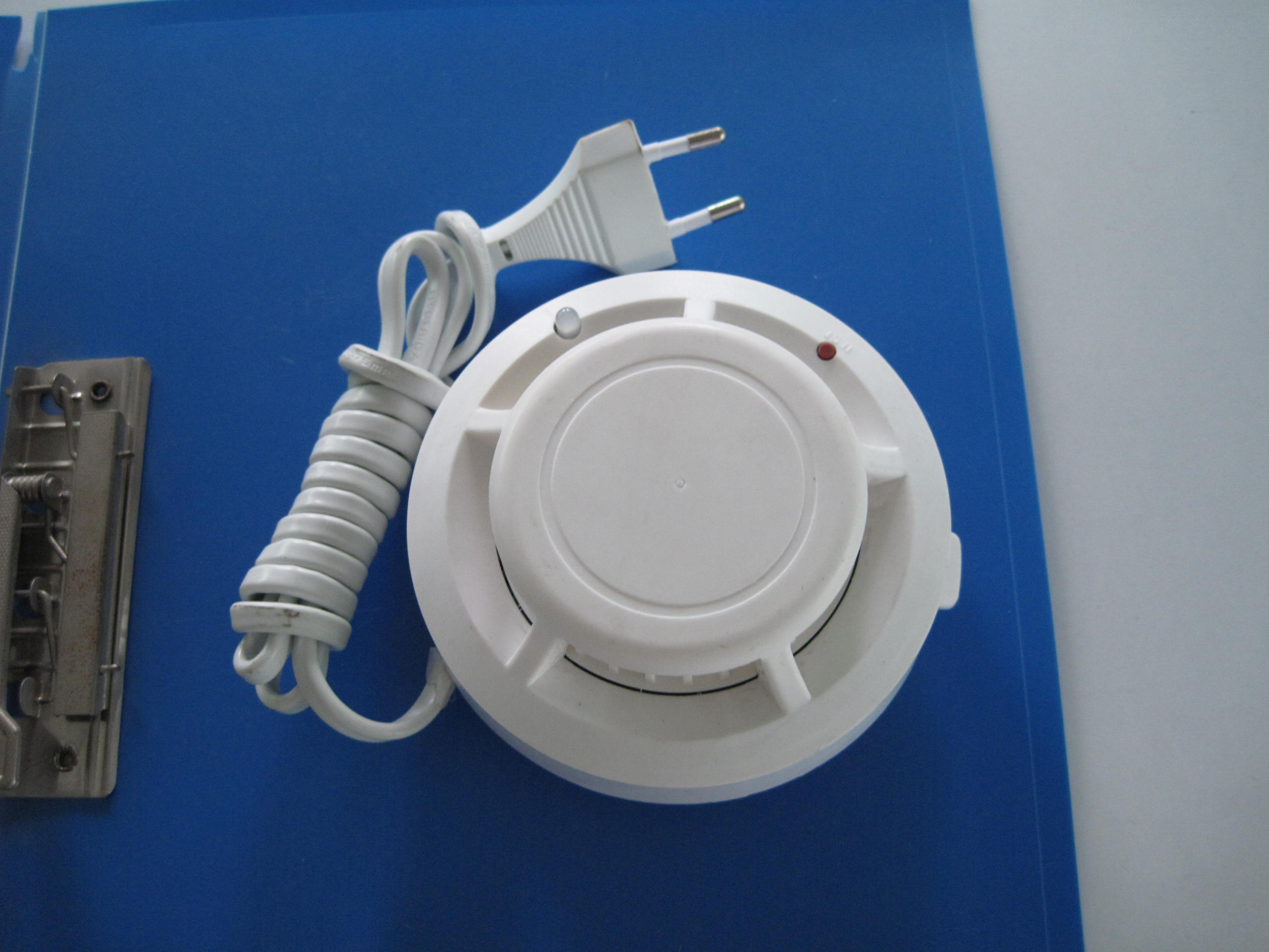 产品信息: 传感器:光学腔迷宫 工作电压:9VDC/12VDC 工作电流:静电电流小于 10ua 报警工作电流 10 - 30ma 烟雾灵敏度:符合 国家标准 测试值每英尺 3.2% 微弱灰烟探测器有反应 工作环境:-10~50 报警音量: 85分贝 / 3米 中和联诚系列报警器,提供多种不同外形烟雾报警器,供你选择。并同时提供OEM,ODM服务!