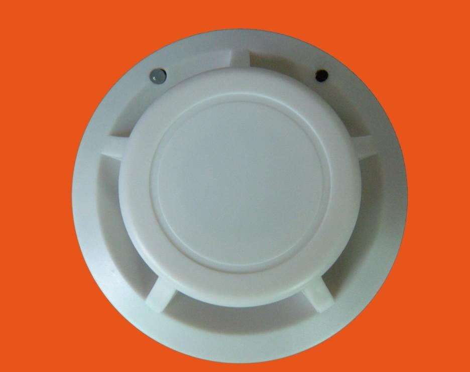 一. . 概述 独立式光电感烟火灾探测报警器(以下简称报警器)采用特殊结构设计的红外光电 传感器、性能可靠的 MCU,以及 SMT 贴片加工工艺生产,具有灵敏度高、稳定可靠、耗电小、美观耐用、使用方便等特点。该产品适用于厂房、家居、商店、机房、仓库等场所的烟雾探测报警。 该产品不适宜在以下场所使用: 正常情况下有烟滞留的场所。 有较大粉尘、水雾、蒸汽、油雾污染、腐蚀气体的场所。 相对湿度大于 95%的场所。 通风速度大于 5m/秒的场所。 二.