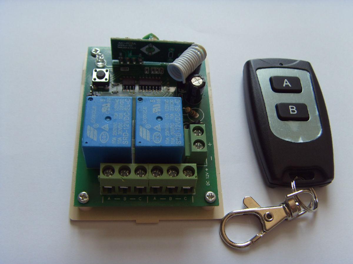 多功能学习型12伏2路遥控开关 一、概述 瑞安科泰电子设计、制造的12伏2路无线智能接收控制器,带2个继电器,可使要控制的设备达到电机的正、反转,或开关的通、断转换以及各种特殊控制程序的要求。该产品具有性能稳定、体积小、接收灵敏度高等特点。主要用于电动门、窗、起吊设备、闸道、升降器、工业控制及安防行业等领域,与遥控器配套使用可组成一套完整的无线智能型遥控系统,用途十分广泛,特别适用于有线门、窗控制系统和防盗报警实现有线改无线的系统转接。 为方便新老客户配套使用,本控制器兼容2262/2260/152